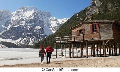 mooi, bergen, wandelende, vasthouden, paar, jonge, kust,...