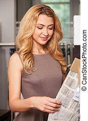 mooi, blonde , meisje, staand, in, store., dichtbegroeid boven, aanzicht, van, vrouwenholding, weefsel
