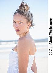 mooi, blonde, op het strand, kijken naar van fototoestel