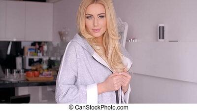 mooi, blonde , vrouw, in, sleepwear, kijken naar van fototoestel