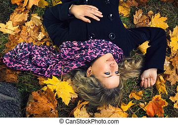 mooi, boompje, herfst, het liggen, onder, meisje, sjaal