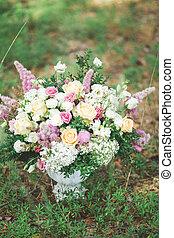 mooi, bouquetten, van, helder wit, roos, bloemen, op, tafel, met, groene achtergrond