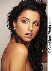 mooi, brunett, model, in, studio, op, licht, achtergrond