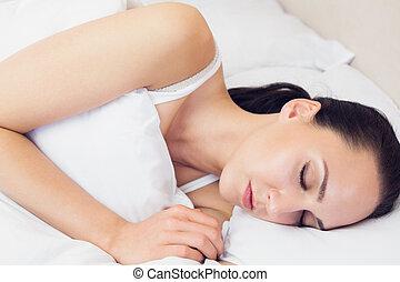 mooi, brunette, haar, bed, slapend, het liggen