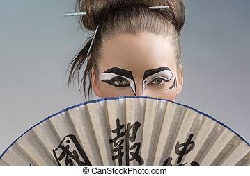 mooi, brunette, in, japan, stijl, met, ventilator, op, de, gezicht