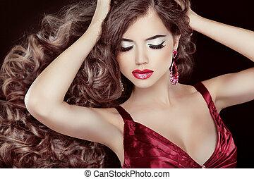 mooi, brunette, met, lang, wavy haar, en, sexy, rode lippen, het poseren, vrijstaand, op, zwarte achtergrond