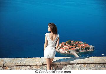 mooi, brunette, op, blauwe hemel, het poseren, in, witte , dress., feestdagen, vakantie, travel., sveti, stefan, eiland, in, budva., montenegro.