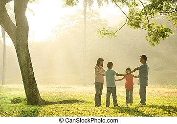 mooi, buiten, gezin, park, hebben, groene, aziaat, tijd, gedurende, kwaliteit, spelend, zonopkomst, vrolijke
