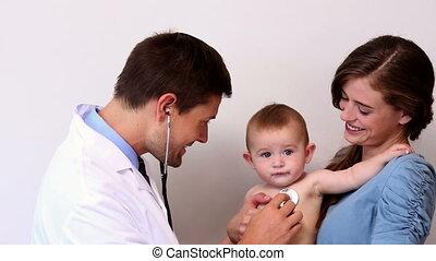 mooi, de baby van de moederholding, jongen, gedurende, examen