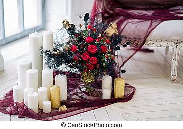 Mooi schaaltje kaarsjes decoreren trouwfeest bloemen. mooi