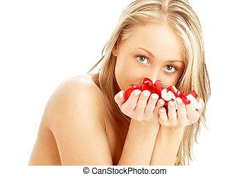 mooi en gracieus, blonde , in, spa, met, rood en wit, rozenblaadjes