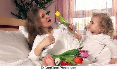mooi en gracieus, bouquetten, bed, tulp, mamma, kind, thuis, meisje, bloemen