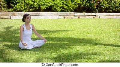 mooi en gracieus, jonge vrouw , het peinzen, in de tuin