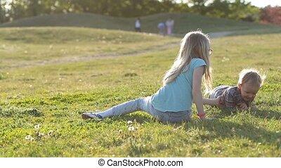 mooi en gracieus, park, kinderen, tijd, het genieten van, spelend