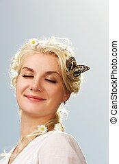 mooi en gracieus, vrouw, met, een, vlinder, op, blauwe hemel