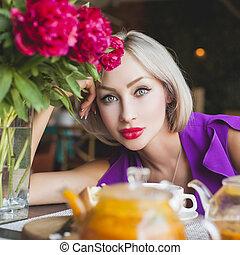 mooi en gracieus, zittende , vrouw, restaurant
