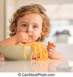 mooi, eten, spaghetti, handen op, blonde , kind, afsluiten, home.