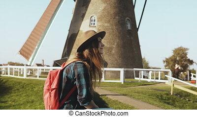 mooi, europeaan, toerist, meisje, dichtbij, oud, wind, mill., mooi, jonge vrouw , in, hoedje, met, langharige, zit, dichtbij, dorp, mill., 4k