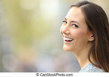 mooi, fototoestel, glimlachende vrouw, verticaal