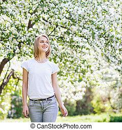 mooi, garden., vrouw, lente, jonge, bloeien