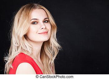 mooi, glimlachende vrouw, met, lang, blonde haar, op, zwarte achtergrond