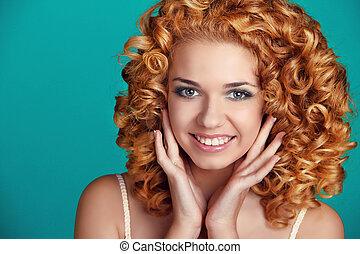 mooi, glimlachende vrouw, verticaal, met, lang, glanzend, haar, op, blauwe