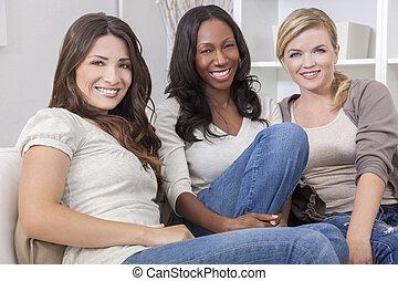 mooi, groep, drie, interracial, het glimlachen, vrienden,...