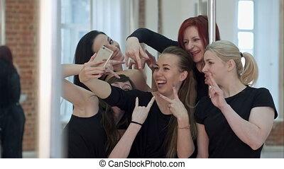 mooi, groep, selfie, dans, boeiend, na, jonge, pool, stand, vrouwen