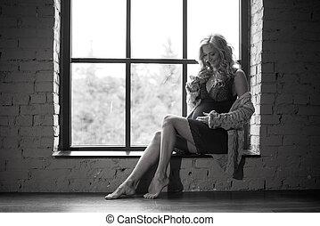 mooi, haar, zittende , roodharig, zwangere , het kijken, venster, belly., meisje