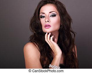 mooi, hairstyle, avond, krullend, parel, bangle, makeup, grijze , lang, het kijken, achtergrond., helder, vrouw, closeup, sexy, verticaal