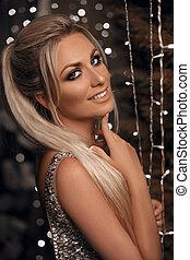 mooi, hairstyle, op, het poseren, model., blonde , verticaal, blonde, dress., juwelen, lichten, achtergrond., bokeh, fototoestel, kerstmis, paardenstaart, gelukkige vrouw, beaded, makeup, glamour, dame, kristal, lachen