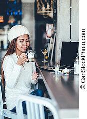 mooi, het genieten van, thee, draagbare computer, aantrekkelijk, tafel, meisje, koffiehuis, drinkt