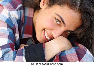 mooi, het kijken, fototoestel, tiener, verticaal, het glimlachen van het meisje
