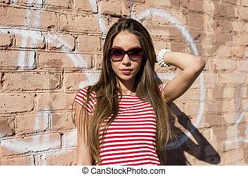 mooi, het rusten, stijl, mode, t-shirt, jonge vrouw , helder, buitenshuis, rood