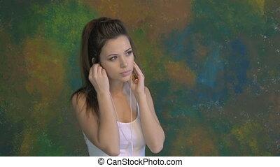 mooi, jong meisje, het dansen., hij, luistert, om te, muziek, op, headphones., zeer, aardig, moves.