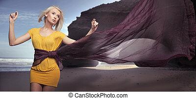 mooi, jong meisje, wandelende, op het strand