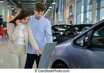 mooi, jong paar, kijkend a, nieuwe auto, op, de, dealership,...