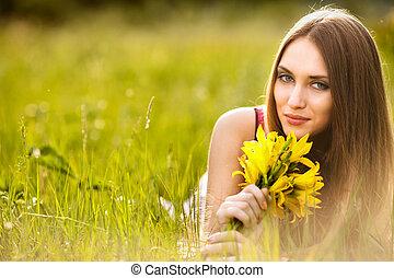 mooi, jonge, blonde, vrouw, op, de, weide, op, een, warme, zomer dag