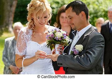 mooi, jonge, bruiloftspaar, verwisselen, huwelijk belt op