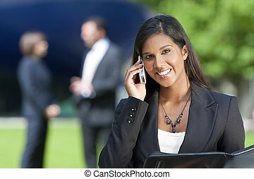 mooi, jonge, indiër, aziatische vrouw, op, haar, mobiele...