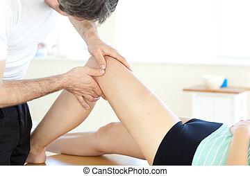 mooi, jonge, lichamelijke therapist, geven, een, been,...