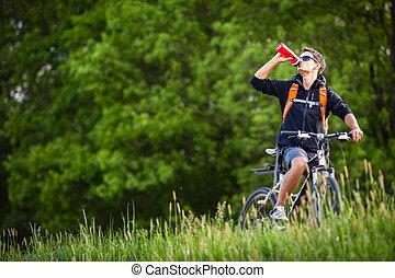 mooi, jonge man, biking, in het platteland