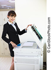 mooi, jonge, secretaresse, gebruik, photocopy machine, in, kantoor