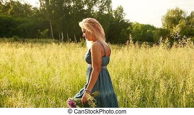 mooi, jonge volwassene, wandelende
