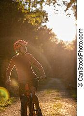 mooi, jonge vrouw , biking, op, een, de fiets van de berg, het genieten van, gezonde , actieve levensstijl, buitenshuis, in, zomer