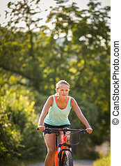 mooi, jonge vrouw , biking, op, een, de fiets van de berg