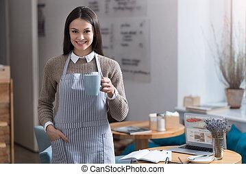 mooi, jonge vrouw , drinkende koffie