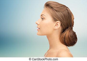 mooi, jonge vrouw , gezicht, op, blauwe achtergrond