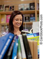 mooi, jonge vrouw , het lezen van een boek
