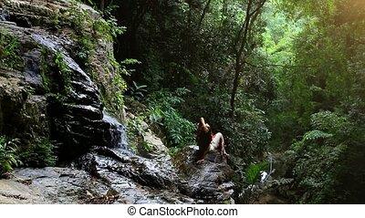 mooi, jonge vrouw , het peinzen, in, een, prachtig, bos, dichtbij, waterfall., koh, samui., thailand., hd., 1920x1080